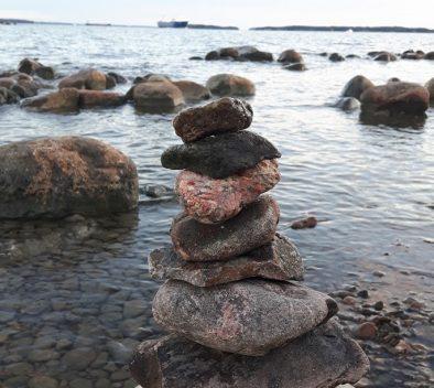 kivipino, jonka taustalla näkyy meri