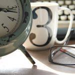 kuvituskuvassa on kello ja kahvikuppi