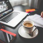Yrittäjä nauttii kupin kahvia samalla kun tapaa muita yrittäjiä verkon välityksellä.