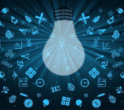 Kuvan keskiössä on piirroskuva hehkulampusta, jota ympäröivät erilaiset oppimiseen liittyvät symbolit: kaavat, kirjaimet, kuviot.