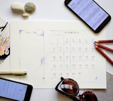 yrittäjän kalenteri, puhelimet ja kyniä suunnittelua varten